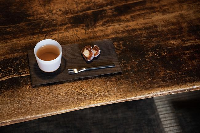 ご自宅にお邪魔すると、優しいお茶と旬の柿を使った和菓子が。一田さんの心遣いも一緒に「いただきます」。