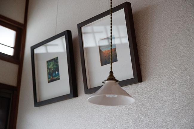 お香がフワリと香る玄関に飾られたアート作品。訪れる人の心を、香りとともにほっとさせてくれる。