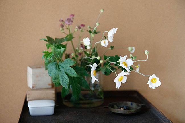 季節を感じるお花が飾られている。生のお花があるだけで気持ちの豊かさが伝わってくる。