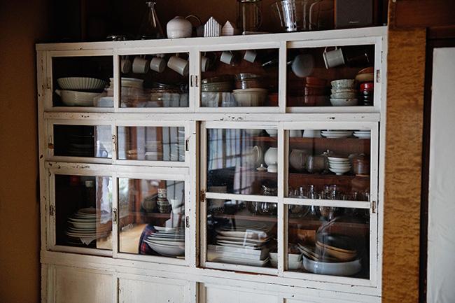 病院で薬棚として使われていたというこの食器棚。使いはじめの頃は薬の香りがしたそう。