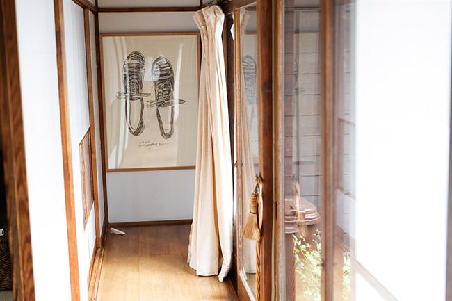 一田さんがこのお家に住む決め手となった、廊下と木枠の窓。懐かしさを感じるあたたかな光が注がれる。