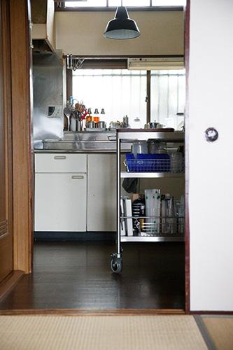 スッキリとまとめられたキッチン。手前のキッチンワゴンは『丁寧に暮らしている暇はないけれど。』でも紹介されている。