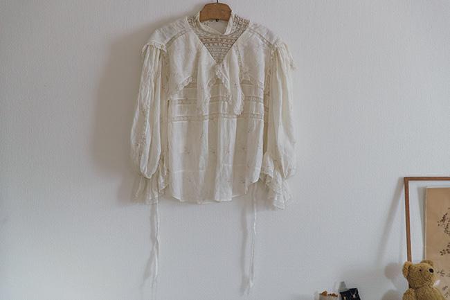 古着屋「JANTIQUES」で買ったブラウスは、レース使いが繊細で絶妙。