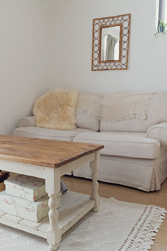ソファ周りは白と木の温もりで、落ち着くスペースに。