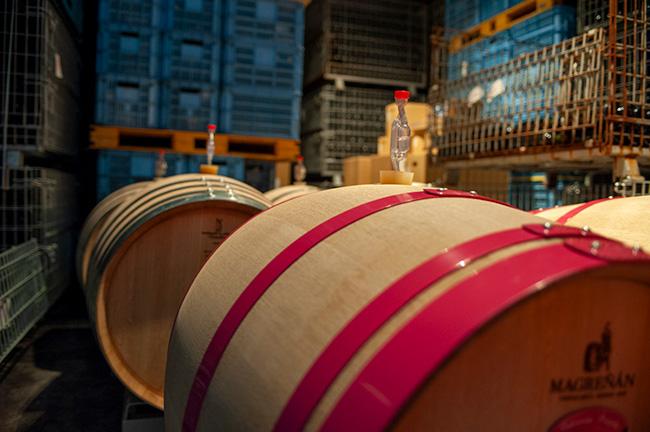 ワインラベル同様、ワイナリーマダム・亜貴子さんの女性的なセンスが光るピンクの枠の樽は、フランスから買い付けたもの。