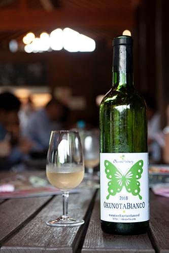 ランチタイムに振る舞われたのは「奥野田ビアンコ2018」。収穫作業を終えたあとに喉の渇きを癒すワインは格別の味。