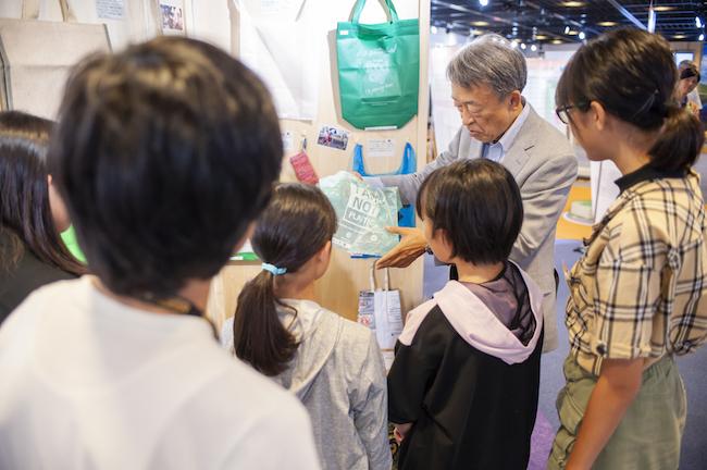 地球ひろばの展示を使って、ごみに関する講義も行われた。写真は、各国のレジ袋・エコバッグを展示したコーナー。タピオカの原料であるキャッサバ(=タロイモ)を原料としたレジ袋も。