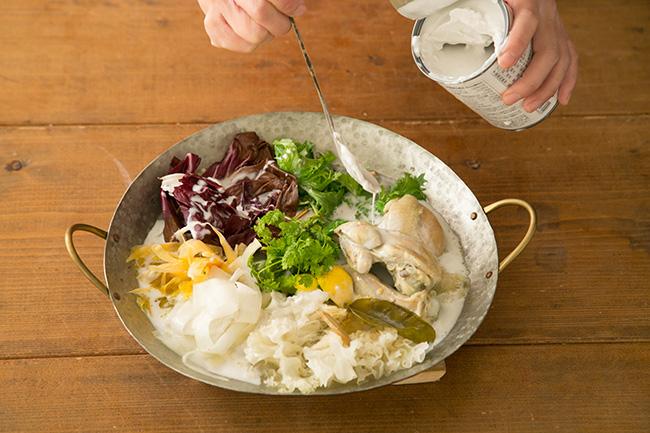 途中、味を変えたいときはココナッツミルク200mlを足し、たっぷりのレモンを絞ると、まろやかな風味とコクのあるお鍋になります。「ココナッツミルクはエネルギーになりやすい油分を含んでいるので、体に溜まりにくく、脂肪分が気になる方にもおすすめです。締めには米麺を入れてつるつると食べ、スープに出ている栄養分も丸ごと吸収しましょう」