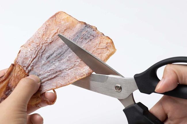 ↑干物やジャーキーなど、硬い食材もザクザク切れます。ハンドル部分には肌当たりの良い素材を採用しており、手が疲れにくいのもうれしい