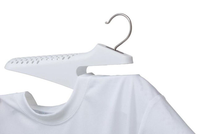 ↑スリットに片方の襟元を入れてからかけると、襟元を伸ばすことなく洗濯物が干せます