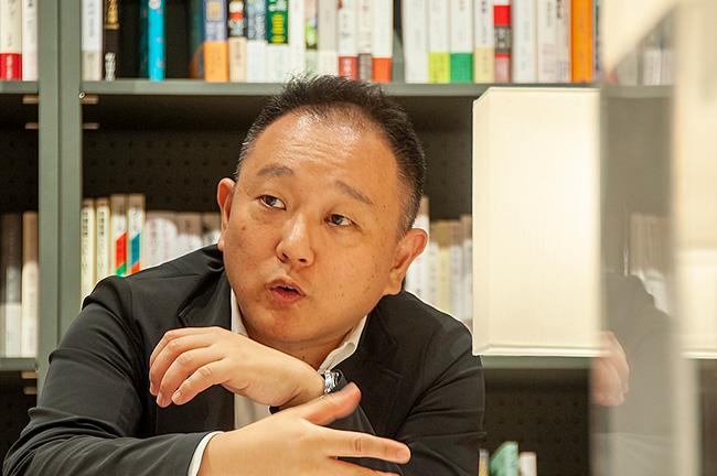 有隣堂 常務取締役 店売事業本部長 松信健太郎さん。2007年有隣堂入社。2009年店売事業部長、2012年店売事業本部長、2015年専務、2019年9月より現職。