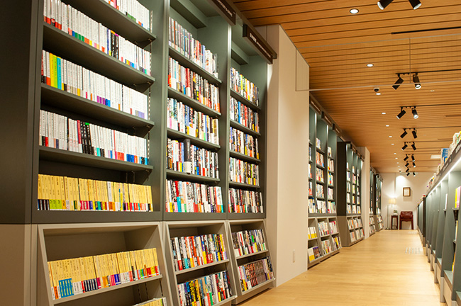 書店コーナーの目玉ともいえる、通称「文学の廊下」。30mの大きな本棚には文芸作品だけが並ぶ。