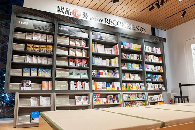 「誠品選書」のコーナーは、台湾の誠品書店員がセレクトした本が並ぶ。書店における一等地に設置されており、通常の書店ではここにベストセラーなどが並ぶが、あくまでも書店員目線でレコメンドしたい本を並べることにこだわっている。