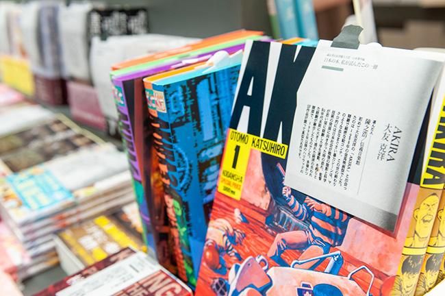本につけられたポップは書店員が作ったものだけを使用するのが誠品書店のこだわりのひとつ。思わずひとつひとつ手に取ってページを繰ってみたくなる。