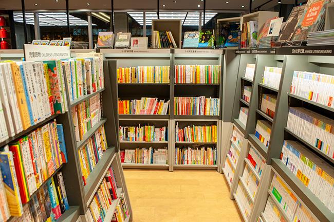 児童書コーナーの隣に突如現れる時代小説の棚。
