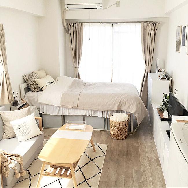 ワントーンコーデの実例。白い壁や家具にベージュや生成りなどのナチュラルなカラーで統一した小物をプラスし、統一感を出している。(写真提供=RoomClip/889677「maki」https://roomclip.jp/myroom/889677)