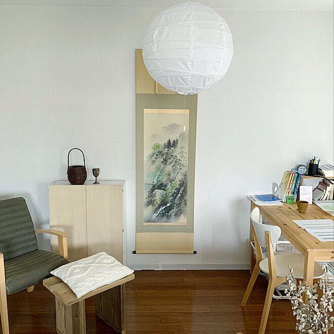 こちらは「古道具のある暮らし」タグをつけ、投稿された竹野さんのお部屋。空間にアクセントを与える掛け軸は、色調をそろえることで違和感なくきまっています。