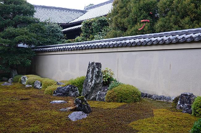 ほぼ横一直線に石が並んでいるため、鑑賞する位置を変えるとまったく違った光景に出会える。