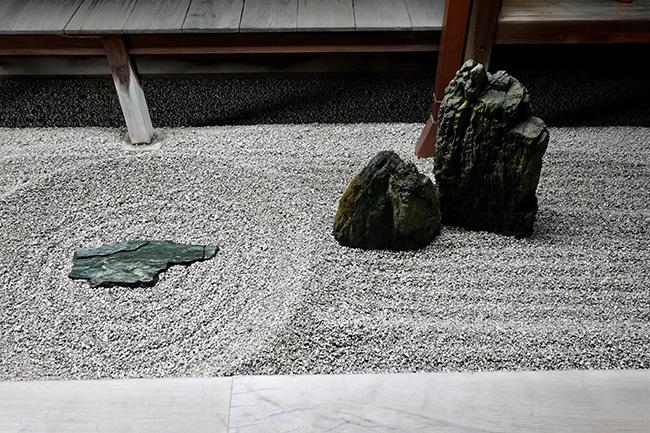 平たい板石が置かれその周りに丸く砂紋が引かれている様子は、一滴の水が滴り落ちる姿を表している。