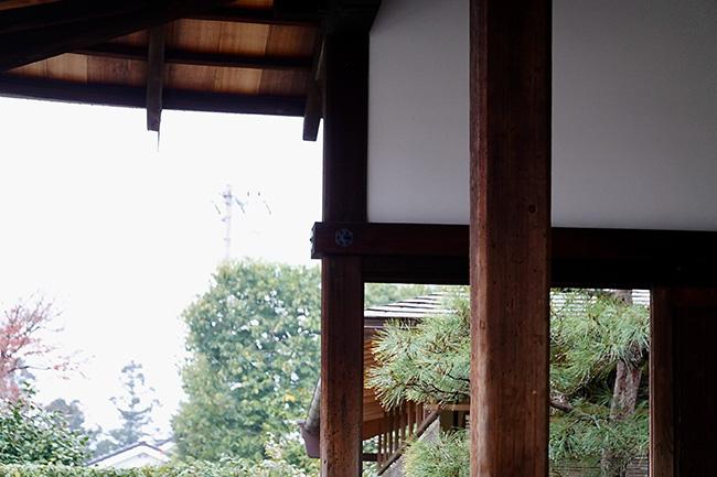 室町時代から屋根は檜皮葺で軽量のため、柱は細くなっている。