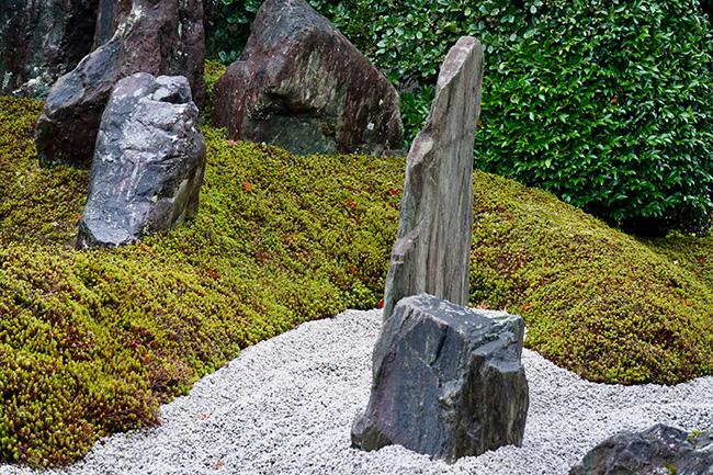 もっとも大きな石は、厚さ5cm程度。横から見ると線のようだ。