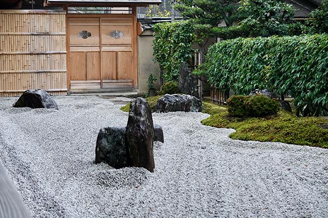 手前に大きな石、奥に背の低い石を置き、遠近感を出した。また、石を建物に対して斜めに交差するように配置することで、室町時代の手法も取り入れている。