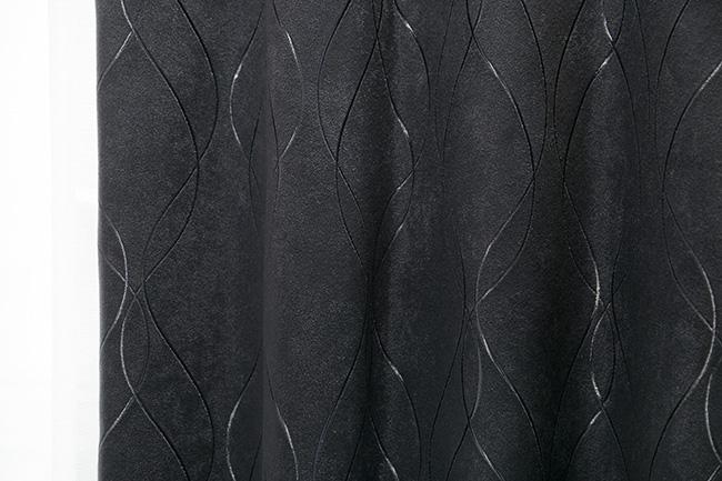 「こちらは、黒字に光を感じる刺繍のデザインが入っています。縦にデザインのあるものは、天井を高く見せる効果があるんですよ」
