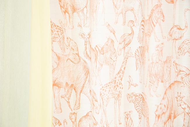 「動物柄のカーテンは、子ども部屋をイメージしたゾーンに置いてあるものですが、ビビットな黄色のレースカーテンを合わせると、かわいらしくなりすぎず、大人な女性の部屋にもマッチします」