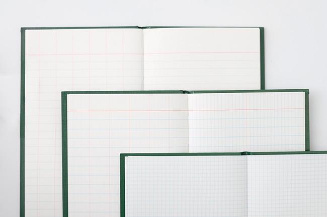 """中ページの罫線。左上から、測量した高さを記入する欄と横罫を組み合わせた「レベルブック」、土地を測量した際の距離や角度を記入するための「トランシットブック」(測量機器""""トランシット""""に由来する)、3mm方眼罫の「スケッチブック」。"""