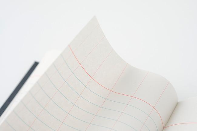 ややグレーがかっており、手触りもやわらかい再生紙。オリジナルとも耐水紙とも異なる書き心地だ。