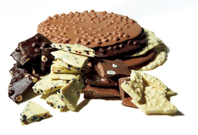 「ビー ウェル」の量り売りチョコレート。「美味しく身体に良いチョコレート」をコンセプトに、イタリアのフルーツやナッツ、スーパーフードを使ったチョコレート約20種類を用意しています。グルテンフリーやビーガン対応商品も。50g600円〜
