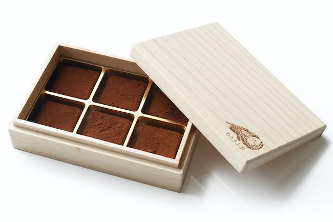 京都のビーントゥーバー(カカオ豆からチョコレートになるまでの工程を一貫して行うこと)専門店「ダリケー」は、インドネシアのカカオを100%使用。現地のカカオ豆農家に発酵技術を指導し、そこで実った良質なカカオ豆に一定の対価を払うことで、農家が安定した収益を確保できるようにしています。「カカオが香る生チョコレート 初摘みプレーン」2700円