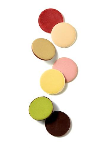 「薄氷本舗 五郎丸屋」の松屋限定商品は、「T五ショコラ」(1836円)。口の中でふわっと溶ける、同店秘伝の極薄和菓子を、ヴァローナ社のチョコレートでコーティングしています。