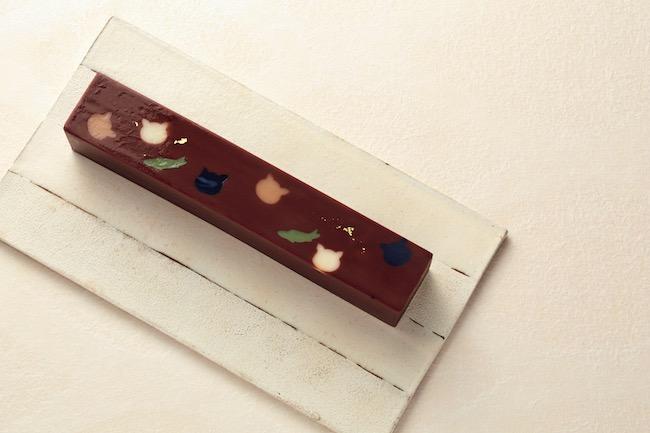 """「彩雲堂」の松屋限定商品「まちねこ」(1404円)は、ビターチョコレートに白あんを加え、寒天で固めた""""洋風羊羹""""という趣き。クリーミーなチョコレートがとろけます。"""