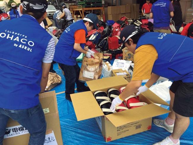 NGOの活動に参加する形で、途上国への学用品寄付も実施。全国から寄贈されたランドセルに詰めて贈られます