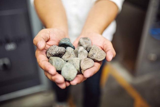 ウォッシュ加工には、天然の軽石に代わり人工石「エコストーン」を導入。天然石の採掘が不要になり、環境負荷を軽減しました