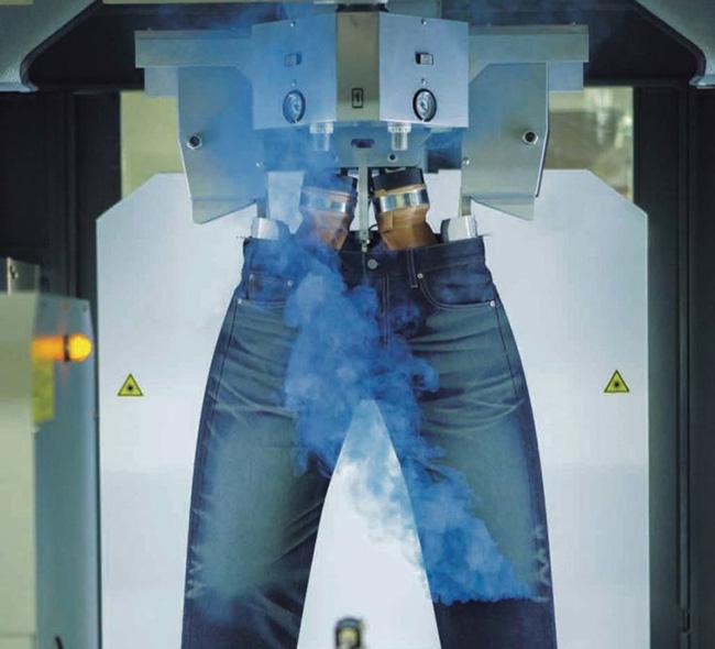 製造工程でも環境に配慮。レーザーによるジーンズの色落ち加工は、同工程で使用する水の量の削減を実現しました