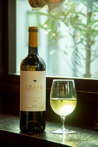「イサディ ブランコ」は、白い花やハーブ、ほのかな樽の香りも感じられる、ミディアボディの白ワイン。