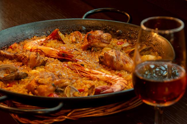 """出汁を思わせる具材の旨味はもちろん、鍋底の""""おこげ""""も、日本人にとっては懐かしささえ感じるお馴染みの味。おこげの香ばしさも、シェリーとの相性抜群。"""