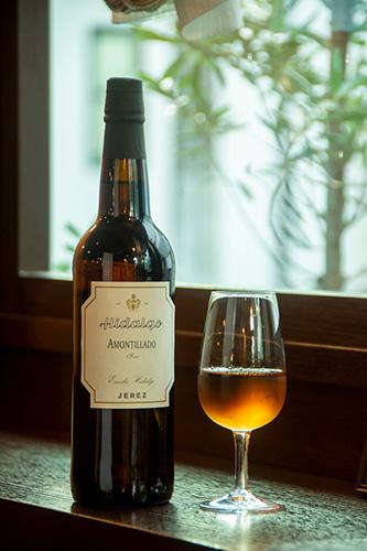 「イダルゴ アモンティリャード」は、まろやかなこくと旨味を感じる、料理に合わせやすい味わいのシェリー。