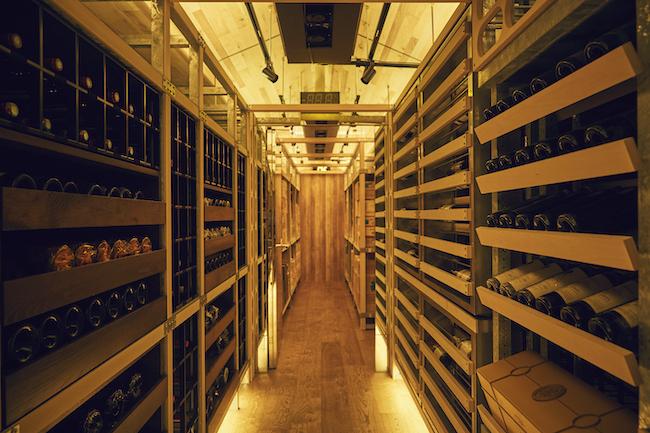 庫内にずらりと並ぶワイン。内部は、ワインを育てる温湿度、14±1℃・70±10%に保たれています。写真はウォークインタイプ。