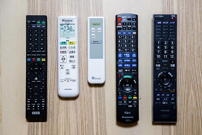 スマートリモコンがあれば、家中の赤外線リモコンをまとめてスマートスピーカーに連携。現在、テレビ(「プレイステーション4」のリモコンも兼用)、レコーダ、エアコン、照明を置き換えています。
