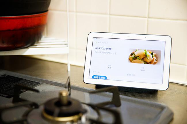 スマートスピーカーにタッチディスプレイが搭載された「Google Nest Hub(グーグルネストハブ)」は、食事の準備や後片付けの間に映画やドラマをながら見できるよう、キッチンに設置。面倒なキッチン仕事も楽しくなるとか。