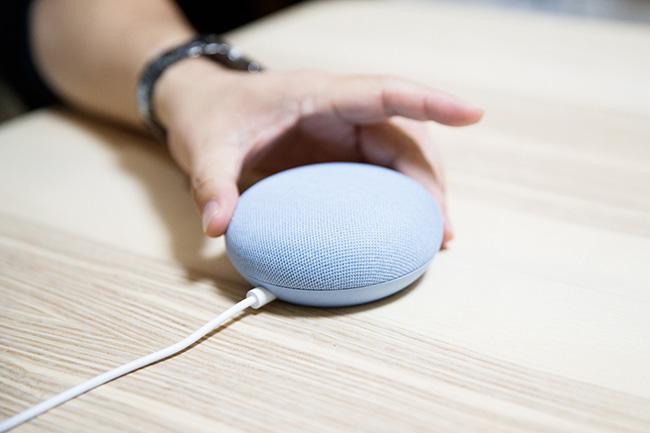 「Google Home Mini」の第2世代である「Google Nest Mini」は、リビングでのメイン操作用。照明やテレビ、エアコンのコントロールに使用しています。ただ、キッチンと距離が近いため「Google Nest Hub」が同時に反応してしまうことも多く、Nest Hubに集約すべきか検討中とか。ヘビーユーザーならではの悩みです。