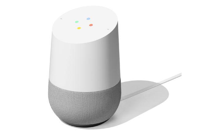 寝室の照明とエアコンをコントロールするために置いているのが「Google Home」。この操作にはどのスマートスピーカーを割り当ててもよかったものの、音量操作が本体上部をなぞるだけで済みGoogle Home Miniよりもやりやすいことと、スマートスピーカーが余っている(!)から、というのが理由だとか。