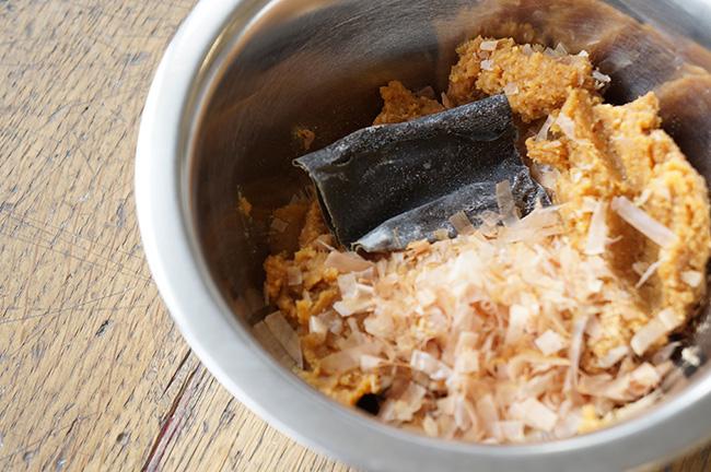 味噌に昆布とかつお節を混ぜただけの、だし入り味噌をあらかじめ作っておきましょう。