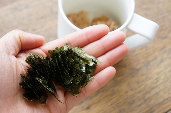 焼き海苔はちぎって入れると、とろとろに味噌汁に溶け、口当たりもよくなります。