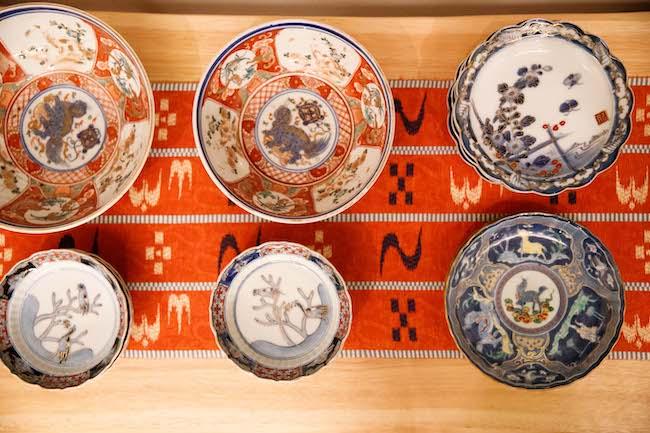 たっぷりとスペースをとって、皿が一枚一枚がよく見えるよう並んだ様子は、まるでギャラリーのよう。本当に気に入った少量のものを常に眺めながら。贅沢な時間といえます。