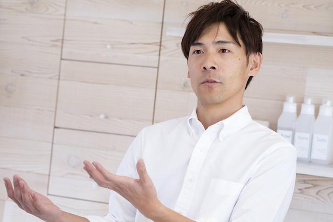 今回洗濯の基本を教えていただく中村祐一さんは、「洗濯家」の肩書きをもち、数多くのメディアやセミナーでも活躍しています。今回は、2018年に地元の長野県に構えた「Sentaku Atelier」にお邪魔して、衣替え前にやっておくことを実践しながら教えていだきました。