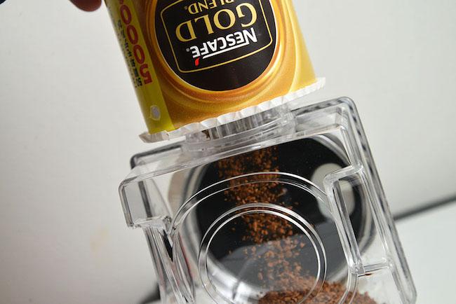 インスタントコーヒーを充填した「ネスカフェ ゴールドブレンド エコ&システムパック」からそのままタンクへ。ハイスペックのエスプレッソマシンで淹れたような、本格的なコーヒーの味を気軽に楽しめます。